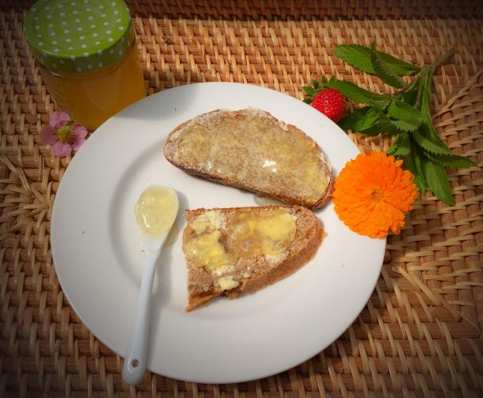 Holunderblütengelee auf einer Brotscheibe