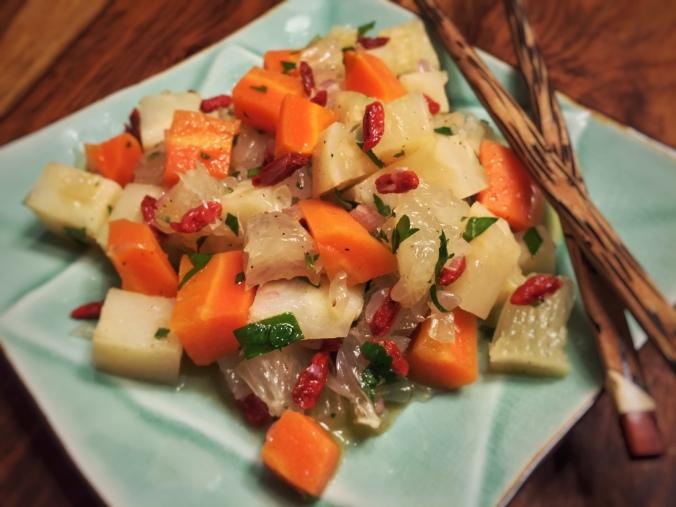 chinesischer Teller mit Selleriesalat und Stäbchen