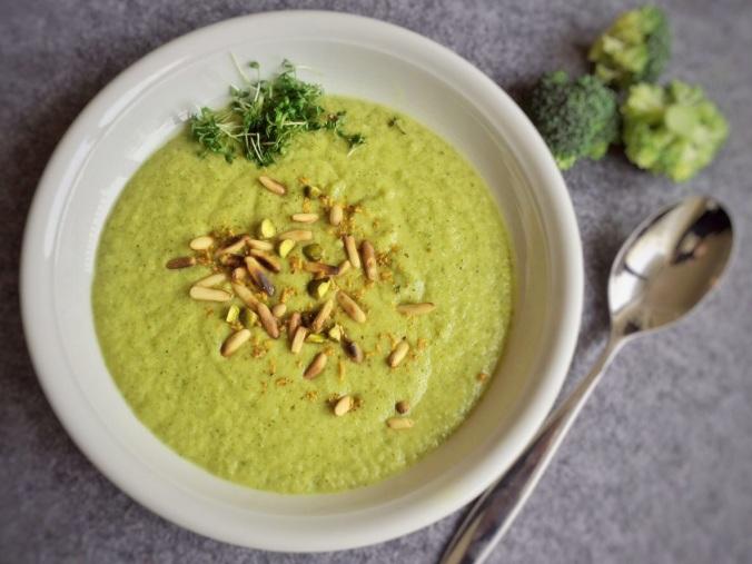 Teller mit Brokkolicremsuppe
