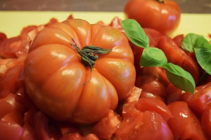 Tomaten ganz und geschnitten