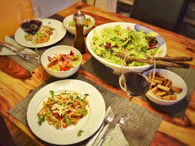 Gedeckter Tisch Pasta Salat Pfeffer Weingläser