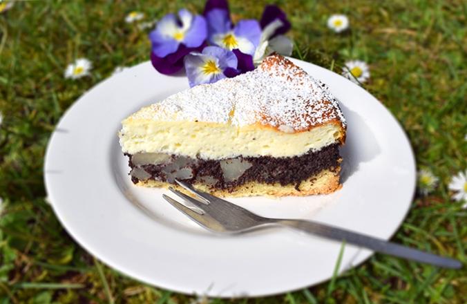 Käse-Mohnkuchen mit Stiefmütterchen dekoriert