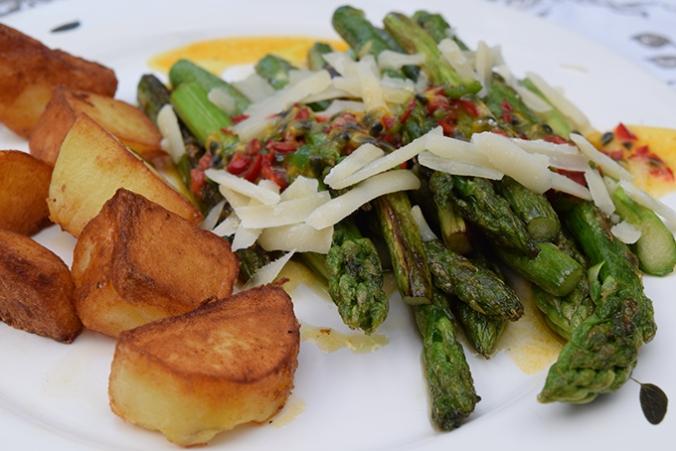 Spargelgericht mit Kartoffeln und Parmesan