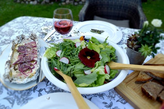 gebackener Schafskäse mit Wildkräutersalat