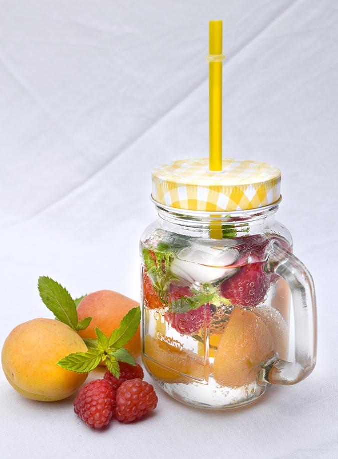 Wasserglas Aaprikosen Erdbeeren