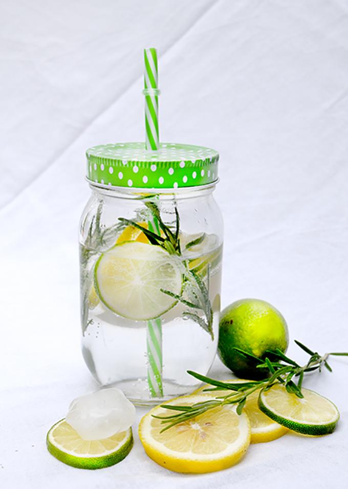 Buntes Glas Wasser Zitrone Rosmarin