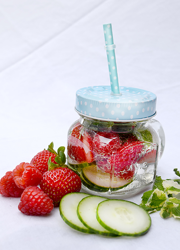 Wasserglas Erdbeeren Gurke Pfefferminzblätter