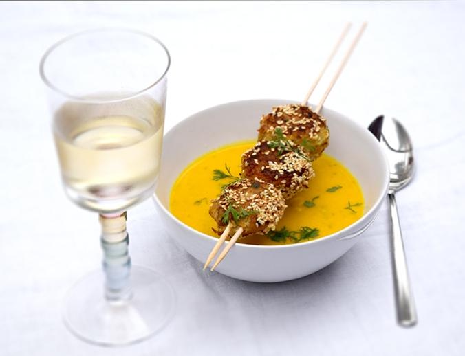 Kürbiscremesuppe in Suppenschale mit Fischfrikadellenspieß Weißwein