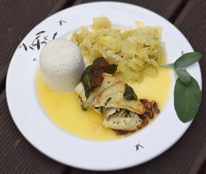 Fischgericht mit Reis und Gemüse