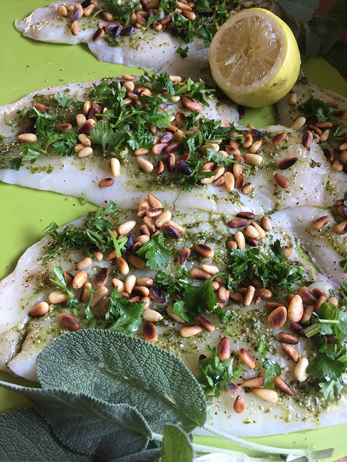 Roher Fisch mit Kräutern und Pinienkerne