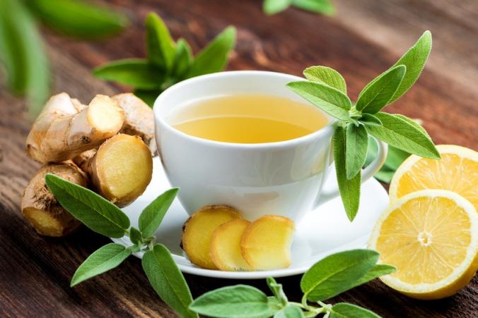 Teetasse mit Ingwer und Zitronenscheiben