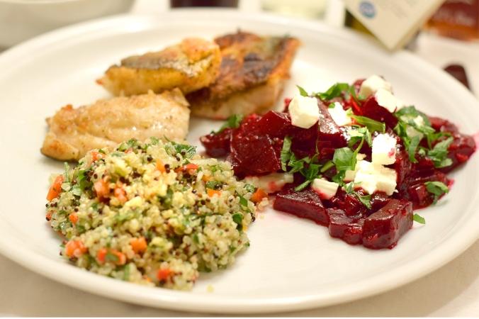 Fisch mit Salat und Roter Bete Gemüse